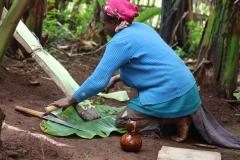Van het blad van de enset (valse bananenboom) maken ze onder andere ook platte pannenkoeken