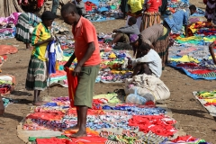 en waar niet alleen kleurige kleding op de grond te koop ligt uitgespreid
