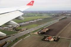 Uren later vliegen we al weer over vertrouwd land, richting Schiphol,