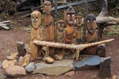 Hij ziet er onder andere ook Waka's, houten beelden van mensen die hier op deze manier als held geëerd worden.