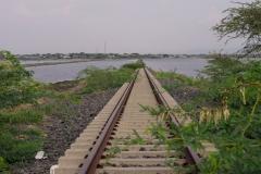naar een enorm meer waar niet alleen een spoorlijn naar Djibouti doorheen snijdt