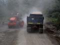 137 Op verschillende plaatsen wordt de weg gerepareerd. Dat geeft oponthoud,