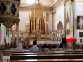 148 We rusten weer even uit in een grote, mooie kerk, maar nu maken we een diefstal mee. Je ziet de dief bij de pijl. Hij probeerde geld te stelen, maar wordt de kerk uitgestuurd!