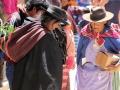 166 Wat verkocht wordt (kleden en kleding) ligt gewoon op straat, dus zij kijken naar de grond,