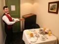 24 De volgende ochtend wordt ons ontbijt weer heel luxe in onze kamer opgediend,