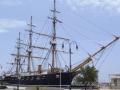 323 We zien nog net die legendarische Esmeralda in de haven,