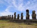 393 Verderop zien we een hele rij gerestaureerde moai op een AHU (een stenen platform)