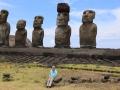 394 en met Corry op de voorgrond zie je nu ook hoe gigantisch groot  die moai zijn!
