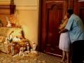 432 En bij deze kleine geboortestal in een zijbeuk van de kerk bidt dit echtpaar, zij duidelijk in verwachting...