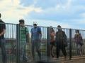 73 Ook voetgangers steken de Vriendschapsbrug naar Paraguay's Duty-Free-koopstad over, om daar snel te gaan shoppen