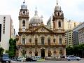 47 Op de terugweg zien we de Igreja da Candelária. En dat is echt Rio de Janeiro: veel moderne hoogbouw, maar de oude gevels worden hier overal geconserveerd.